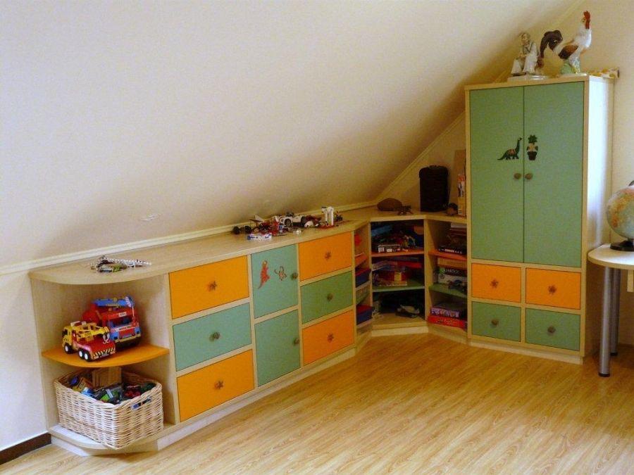 Tetőteret kihasználó szekrénysor gyerekszobába