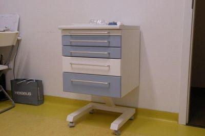 Gördíthető fiókos szekrényke orvosi műszerek tárolására