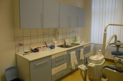 Fogászati kezelőhelyiség bútora beépített mosogatóval