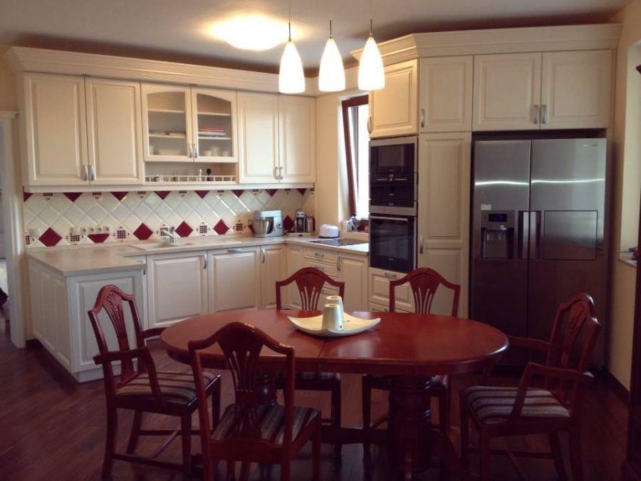 Klasszikus stílusú konyhabútor és étkezőasztal