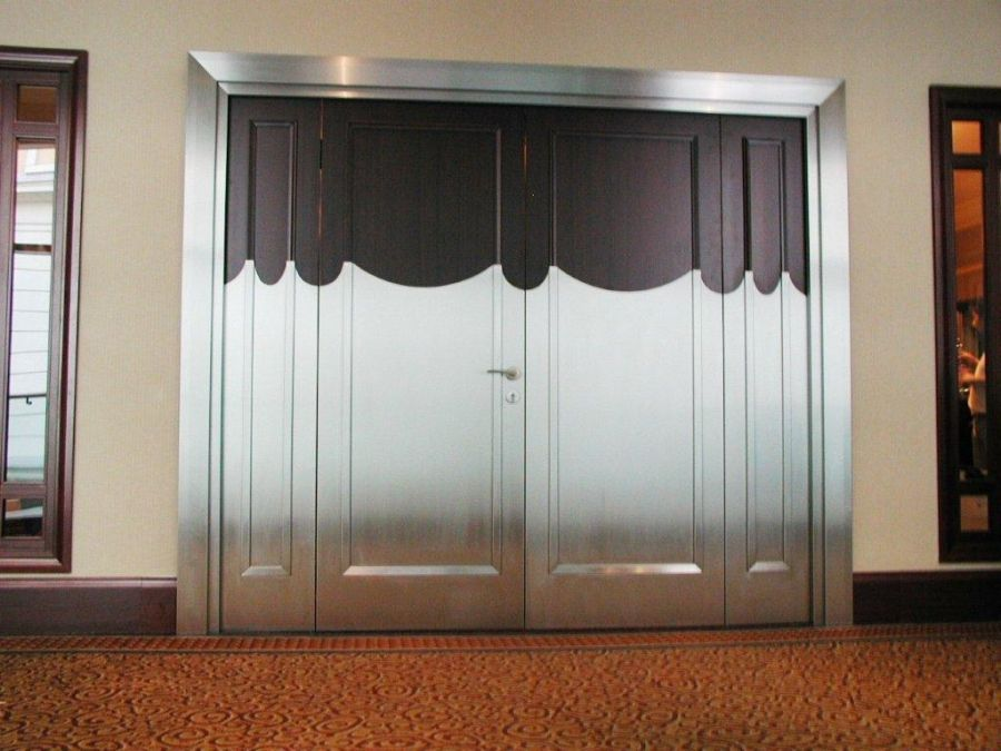 Négyszárnyú ajtó felújítása szálcsiszolt fémlemezzel