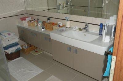 Fürdőszobai tárolópult egyedi mosdókagylóval