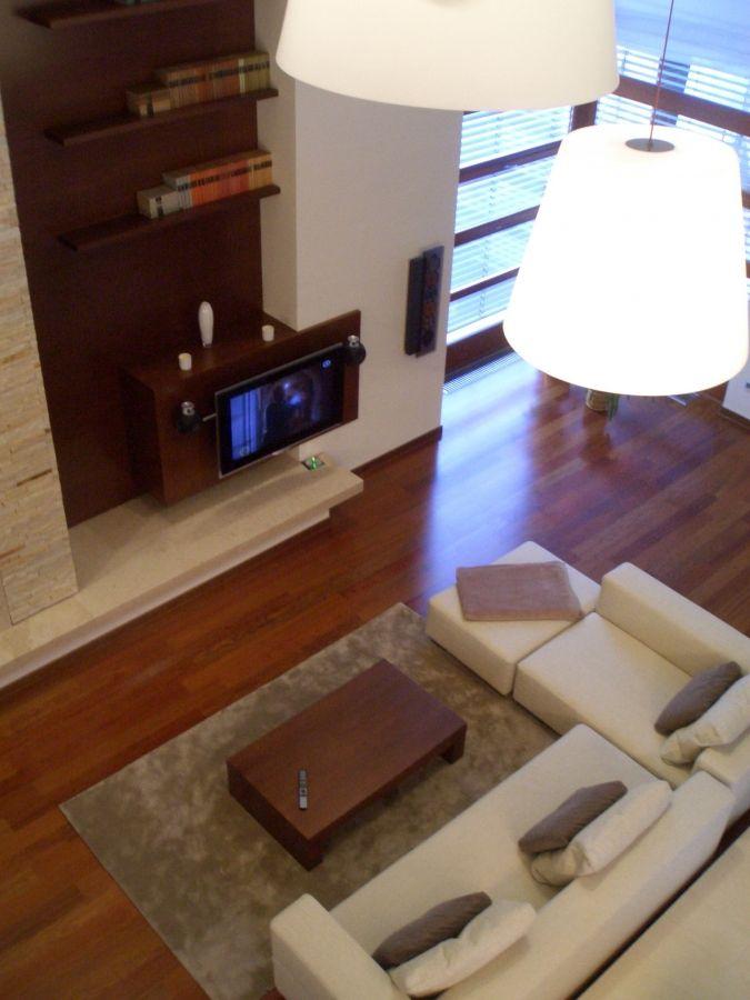 Egyedi polc és TV-állvány kompozíció a nappaliban