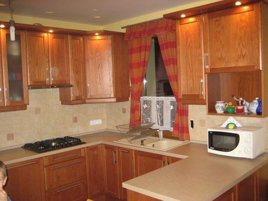U alakú konyhabútorral berendezett konyha