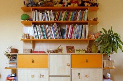 Gyerekszoba bútor könyvespolccal és fiókos tárolóval