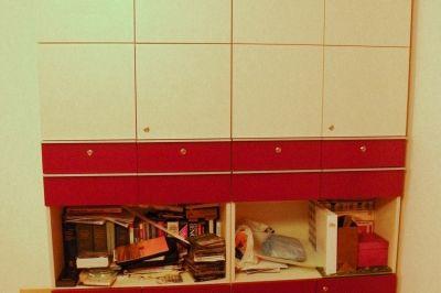 Szekrény nyitott és zárt tárolórekeszekkel